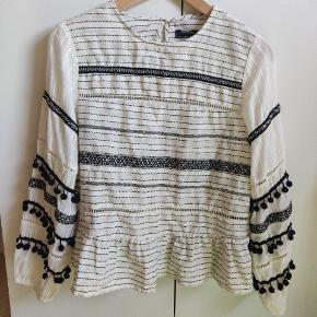 Sød bluse fra Zara, sælges da den er for lille:( Lukkes i nakken med en knap.