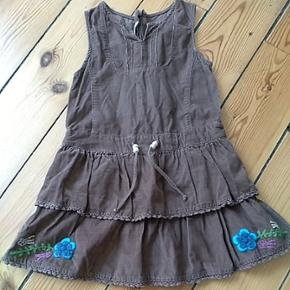 Fin brun kjole fra ZA Girls str. 98-104 med lynlås i ryggen.