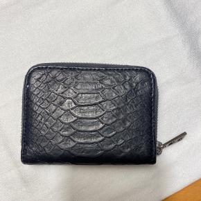 Fin pung med plads til det meste fra Zadig & Voltaire i sort slangeskind. Har også matchende taske til salg herinde. Skriv endelig for flere billeder:-)