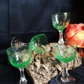 Holmegaard glas.. Krystal med minimalistisk mønster. De har str som små hvidvins glas eller store likør glas. Enkelt salg 65 kr pr styk. Samlet 240 kr.