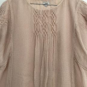 5b7e09d8dd7f Super fin sommertop (nude) fra spanske Hoss Intropia. Blusen er i crepet  stof