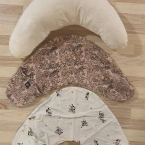 100% økologisk bomuld ammepude med 2 ammepudebetræk. 1 stk lyserød med mønster af blade fra Petit by Sofie Schnoor og 1 stk hvid med glade køer og pindsvin fra Vanilla.