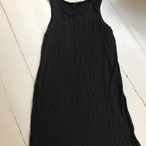 Sort bomulds kjole som er meget blød.