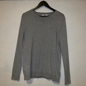Sælger denne sweater fra Tomme Hilfiger Den er næsten ikke brugt og fejler intet.   Str. L Np: 500 kr Prisforslag: 150kr  Kom gerne med et bud eller spørg for mere information.