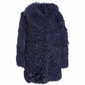 Jeg sælger min Saks Potts Lagoon pels. Den er købt som et showpiece i 2014 og har derfor ikke et mærke i nakken. Alle spænderne er faldet af, og de skal syes på igen, derfor den lave pris :) Derudover står den i fin stand. Skal afhentes på Østerbro eller betales fragt af køber.