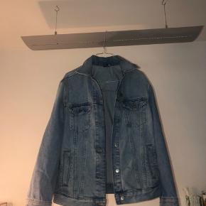 Blå jakke fra hm. Den fejler ingenting. Tykt stof, lommer. Tjek mine andre annoncer ud!👠