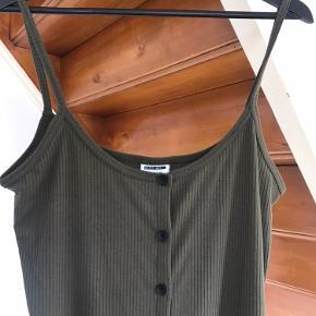 Sælger denne helt nye Noisy May kjole str. L for min mor.   Hun var desværre kommet til, at bestille den i en alt for størrelse. Derfor aldrig brugt.