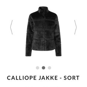 Den fejler ikke noget, den er blevet sendt en 1 gang før for at blive syet i knappen!   Jeg sælger, da jeg leder efter en ny. Den fitter helt fra small/XL, det er rart at kunne have en hoodie indenunder! Derfor jeg har valgt størrelsen som jeg har!