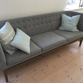 Arne Jacobsen, Mayor sofa i hallingdal uld og stel i røget eg. Fra helt duftfrit hjem. Lille overflade ridse på sofaen bagerste venstre ben - ikke forsøgt udbedret. Skal afhentes. Kvittering haves.   Ingen byt