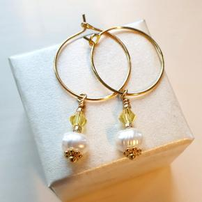 Hjemmelavede hoops (nikkelfri) med små solgule 🌞 perler og ferskvandsperler. Selve hoopsene er 2,1 cm i diameter. Æske kan tilkøbes for 5 kr. Sender også gerne som brev for 10 kr.  Se også mine andre annoncer med smykker 🦋