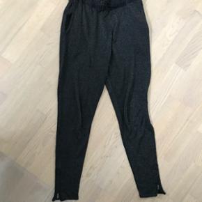 Fede glitter bukser fra Samsøe Sansøe i sort med glimmer Elastik i livet og lynlås ved anklerne😉