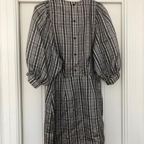 Fin grå/ternet kjole fra Samsøe Samsøe Byd gerne
