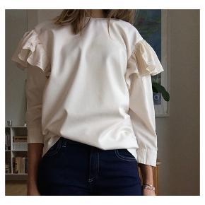 Fin bluse fra zara med semidyb ryg og pufærmer Lyocell og polyester