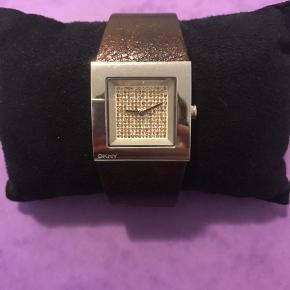 Dkny ur med brun læderrem