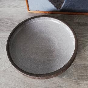 Retro fad i grå glasur sælges for 100 kr.
