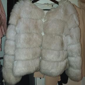 Super smuk faux pels jakke, købt sidste vinter! Brugt, men fremstår i god stand