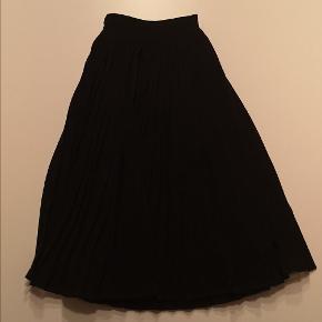 Skøn pliceret nederdel med lynlås i siden.
