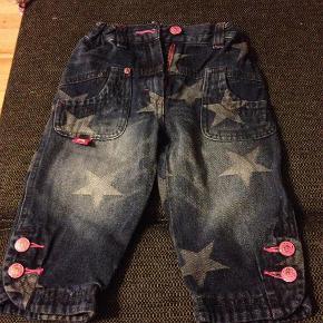 Varetype: Jeans cowboybukser Farve: Marineblå Oprindelig købspris: 449 kr.  De lækreste og blødeste trends bukser fra molo sælges, de er så lækre og dejlige at vi endte med at købe dem i flere størrelser til vores lille pige, uundværlige i gardaroben til den smarte lille prinsesse   BYD, bukserne er som nye   Sendes helst forsikret med SwipBox, køber betaler forsendelse og TS gebyr ved THS. Der kan afhentes i skovlunde og betales med mobilePay/bank. Køber betaler indleverings attest med PostDanmark