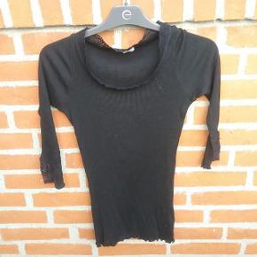 """Sort 3/4 ærmet T-Shirt str. S. med blonder bemærk 70 pct. silke   🌞 Ved køb af flere ting. Skriv til mig inden du vælger """"køb nu"""". Så samler jeg det sammen i en pakke og en porto 🌞"""
