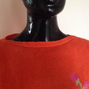 Varetype: Bluse Farve: Orange,Mørk Lilla,Lysegrøn,Gul Prisen angivet er inklusiv forsendelse.  Lækker strikbluse med blomster. Fed til solbrændt hud og hvide bukser!