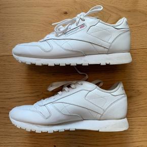 Hvide Reebok Classic sneakers i læder. Har været brugt lidt - men er i rigtig pæn stand. Har ikke været ude i regnvejr og er kun brugt med strømper i 😊 Normale i størrelsen.