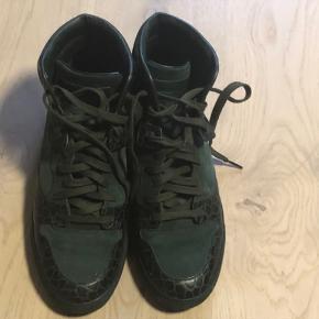 2b76d73980f2 Super fine mørkegrønne Balenciaga sneakers i ruskind og læder med  kroko-præg. Brugt få