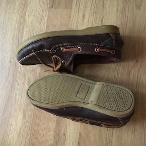 Brune boatshoes fra Anchor, virkelig god kvalitet, står bare og samler støv. Er gået til, så de skarver minimalt :)