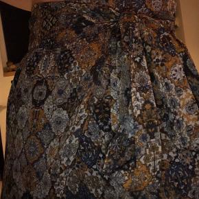 Xs/S - Emmeline Printed Skirt Super dejlig nederdel fra Neo Noir✨ God stand, en smule brugt - men ikke noget man bemærker🌸  Np: 149,7kr Mp: BYD💛