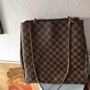 Smuk, klassisk Louis Vuitton taske. Den ene rem er i stykker, som vist på billedet, men det burde ikke være et problem at få den lavet. Mindstepris er 1000,-