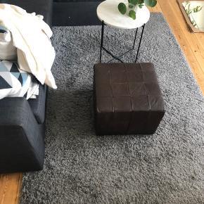 Gråt tæppe fra IKEA. Måler 2 m i længden og 135 i bredden. Skal afhentes.