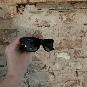 Rayban Solbriller  Virkelig god stand brugt 2 gange  Alt medfølger (Originalt etui osv)  Np menes det var 1600kr  Vores pris 800kr! Slå til nu 🤝