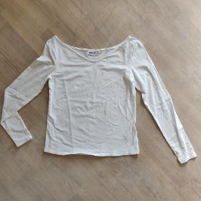 Varetype: Bluse  Farve: Hvid   Enkel hvid langærmet bluse, lille detalje med off-shoulder.