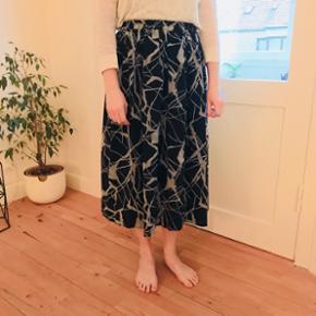 ✨Stilren blå og grå/blå marmor mønsteret nederdel. Går til under knæet  ✨Str. S