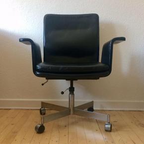 Jørgen Rasmussen kontorstol i sort læder. Model Kevi. Justerbar højde. Ryg der kan lænes tilbage.