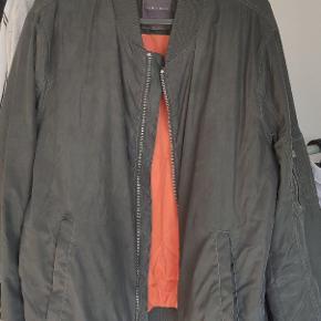 Rigtig fed bomber-jakke fra Zara! Den orange inderside er en sindssygt fed detalje når jakken bæres åben.  Perfekt til det kommende efterår. Jeg er 1.90 og den sidder super godt.