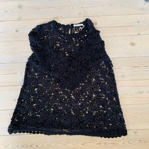 Fin sort Isabel Marant blonde hæklet bluse i bomuld. Den er i pæn stand og kostede 1999 kr fra ny. Min mindstepris er 300 kr plus porto
