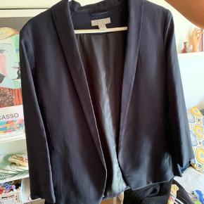 Sælger denne mørkeblå blazer fra H&M Str 38 2 lommer foran  Åben blazer, kan ikke lukkes  65 cm lang 45 cm over ryggen