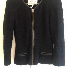 Rigtig fin Boucle jakke fra Isabel Marant i blå. Jakken har været brugt men er i fin stand.  Jakken er en str. 1, men det kunne man ikke vælge herinde.