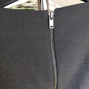 Kjole fra InWear i str. 32. Materiale: se billede 7  Cirka mål: Længde (fra hals til hæm): 92 cm Talje: 34 cm Armlængde: 24,5 cm Skulder til skulder: 36 cm