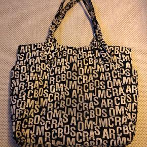 Der er slid på farven i bunden af tasken, men funktionelt fejler den intet.