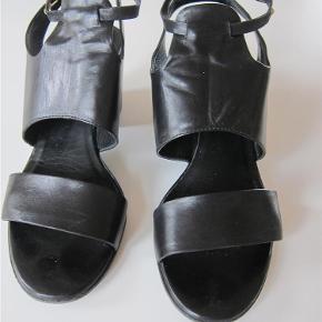 Varetype: sandal Farve: Sort Oprindelig købspris: 1650 kr.  Smart høj sandal, i lækker blød skind.      Bytter ikke!