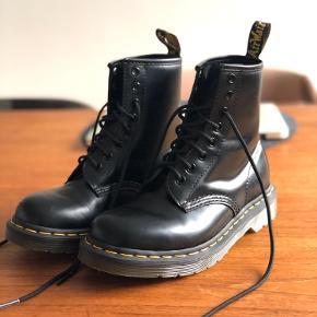 Lækre støvler fra Dr. Martens sælges. Aldrig brugt, da de desværre er lidt for små, så kun prøvet på et par gange. Har fået imprægnering. Str. 36.