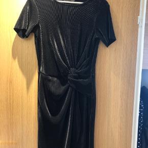 Smuk kjole med korte ærmer. Sidder rigtig pænt.