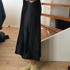Nederdel i satin (96% polyester 4% elastane). str. S/M. Mærke: Kilky Paris