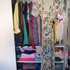 Jeg sælger denne smukke slå-om kjole fra H&M, da den desværre er blevet for lille til mig. Den er i den smukkeste lysegule farve med tryk af blomster og fugle i mange farver.  Den har bindebånd i taljen, som bindes i siden, stoffet er 100% viskose og fra taljen og ned er stoffet crepet en smule.