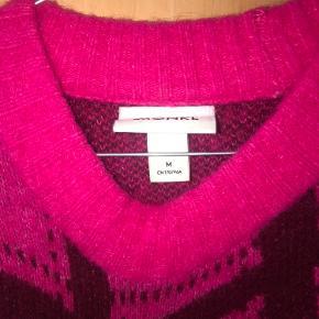 Sælger denne sweater fra Monki i en lyserød farve. Den er i en str. M, men jeg selv er en str. S.   Skriv endelig, hvis I mangler svar!
