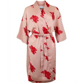Blomstret kimono med bindebånd fra Neo Noir Aldrig brugt - stadig med prismærke på  Onesize Nypris 500kr Se også mine andre annoncer 😊