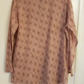 Fin  og let skjortebluse med skjulte knapper. Brugt, men ingen slid. Måler ca 2x61 cm mellem armhulerne og er ca 2x 79 cm lang målt fra nakken. 12 cm slidser i siderne.