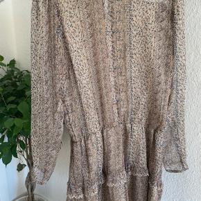 Neo noir kjole Har tilhørende underkjole så ikke gennemsigtig  Nypris 550
