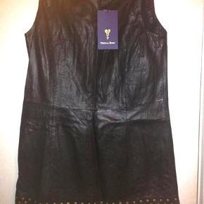 Virkelig flot skind kjole fra piesak sælges helt ny. Super lækkert skind og med flotte frynse og nitte detaljer  Perfekt pasform  Nypris 3000.-